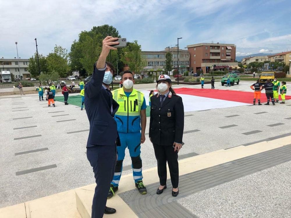 Capannori, bandiera gigante sventolata dai volontari per la Festa della Repubblica